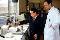 Kỹ sư Lê Thanh Thuấn, Chủ tịch ASM tìm hiểu sản phẩm dầu cá tinh luyện tại phòng LAB của Tập đoàn châu Âu.